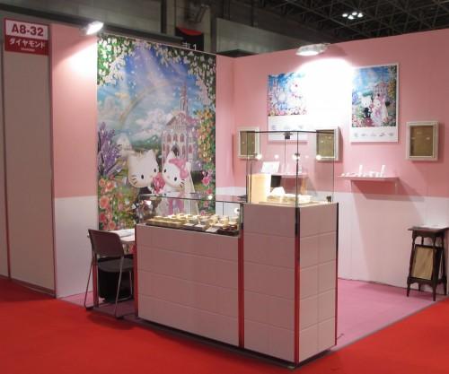 みなさん、 こんにちは 2015年1月21日から 4日間 お台場の東京ビックサイトで開催された 国内最大のジュエリーフェア国際宝飾展にて 『Hello Kitty x MAYFAIR 』 (ハローキティ バイ メイフェア)が 大々的に発表されましたー  『Hello Kitty x MAYFAIR 』 は弊店 ブライダルジュエリーメイフェアと 世界的な知名度を持つHello Kitty(ハローキティ) とのコラボレーション ジュエリージュエリーブランドです  会場面積 51,380 平方メートル 4日間で ジュエリー業界来場者26,820人 出展業者1,073社 を 数える 国内最大の展示会です。 ハローキティのブースの様子はこちら ↓